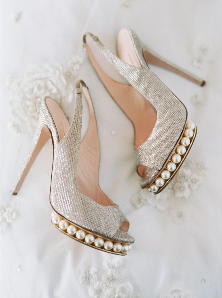 a5f87a85d62 Βρείτε τα κατάλληλα παπούτσια ανάλογα με το νυφικό σας gamosorganosi