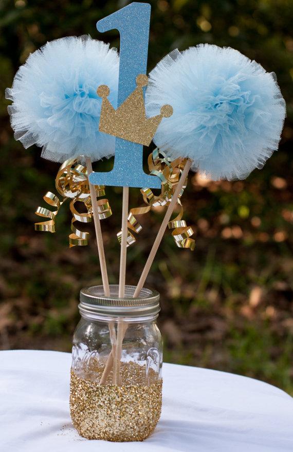 Διακοσμητικά για αγορίστικη βάπτιση με μπλε και χρυσές λεπτομέρειες.