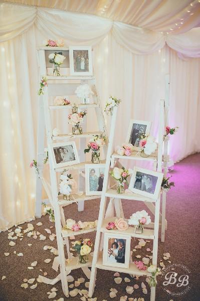 Σκάλες με λουλούδια και φωτογραφίες.