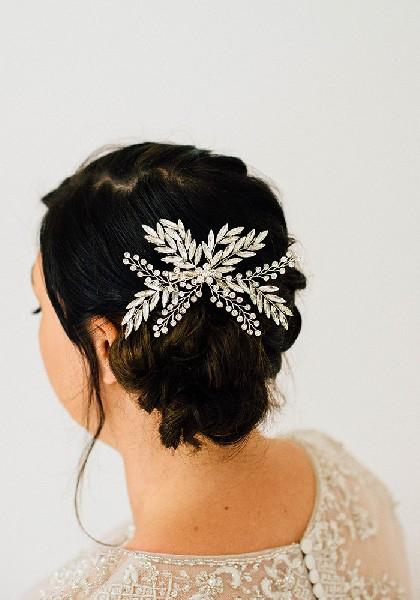 Ένα κομψό headpiece είναι ο ιδανικός τρόπος να στολίσετε ένα χαμηλό σινιόν.