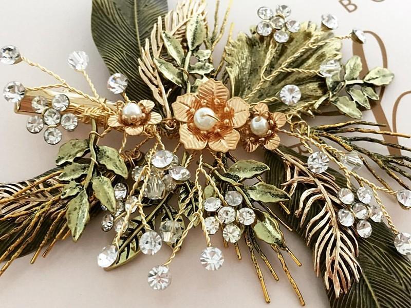 Χρυσές και πράσινες λεπτομέρειες για μια φθινοπωρινή πινελιά στα μαλλιά της νύφης.