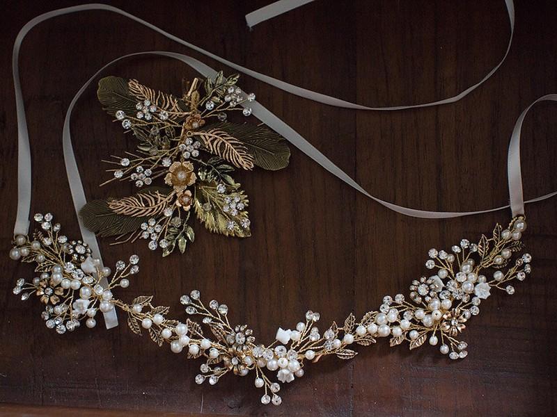 Ένα κομψό, χρυσό αξεσουάρ με φύλλωμα για τα μαλλιά της νύφης θα της δώσει τη λάμψη που χρειάζεται.