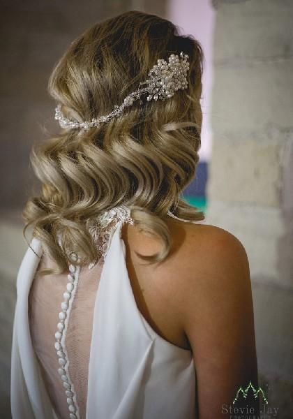 Αξεσουάρ για τα μαλλιά με ασημένια βάση και λευκές λεπτομέρειες.