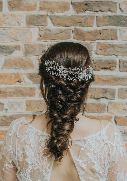 Αυτό το εντυπωσιακό, ασημένιο headpiece κολακεύει απίστευτα το χτένισμα της νύφης.