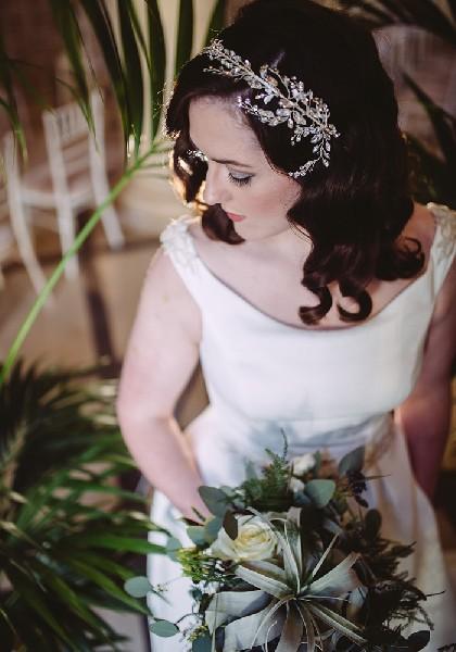 Μία ασημένια στέκα σε συνδυασμό με χαλαρά κύματα δίνει στη νύφη ρομαντικό στιλ, τέλειο για τον χειμωνιάτικο γάμο της.