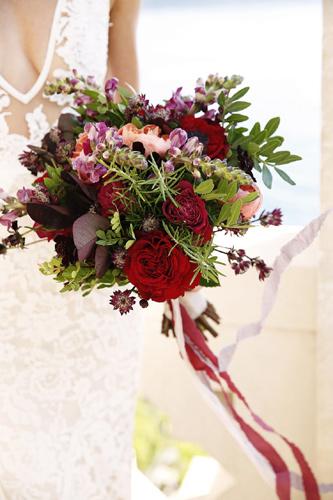 1b11e4f6724f Κόκκινα και μοβ λουλούδια με ροδακινί πινελιές είναι ένας υπέροχος