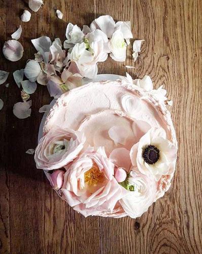 Φωτογραφία μέσα από το ζαχαροπλαστείο της γαμήλιας τούρτας των Χάρι & Μαρκλ.
