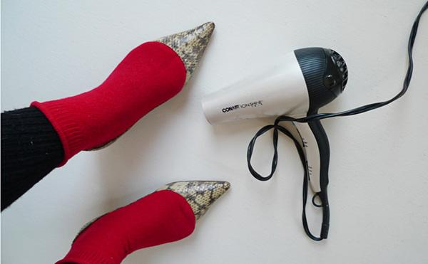 Χρησιμοποιήστε κάλτσες και ένα σεσουάρ μαλλιών για να ανοίξετε τα παπούτσια σας.