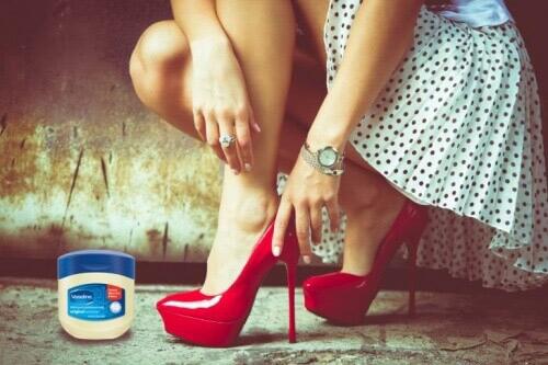 Με λίγη βαζελίνη θα προστατέψετε τα πόδια σας από πληγές λόγω τριβής.