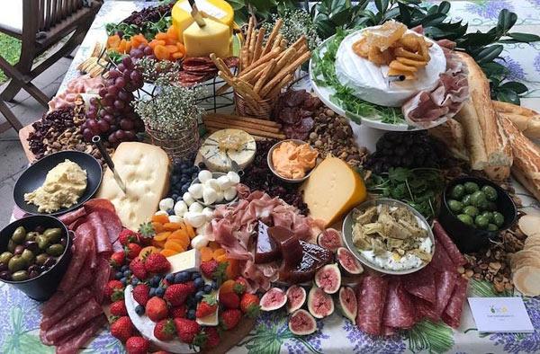 Τραπέζι τυριών και αλλαντικών