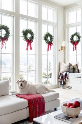 Στολίστε τα παράθυρά σας με χριστουγεννιάτικα στεφάνια