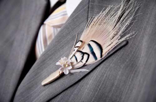 Φτερό στο πέτο του γαμπρού.