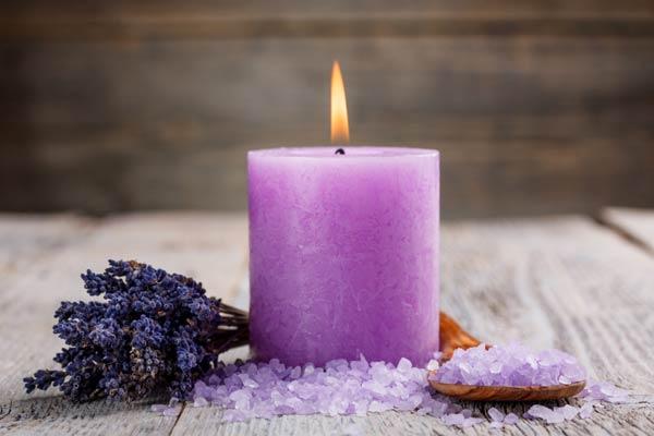 Ανάψτε ένα αρωματικό κερί και χαλαρώστε.