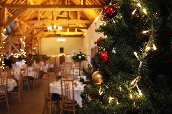 Χριστουγεννιάτικο δέντρο στον χώρο της γαμήλιας δεξίωσης.
