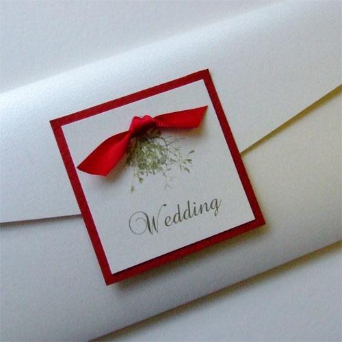 Προσκλητήριο γάμου με χριστουγεννιάτικη λεπτομέρεια.