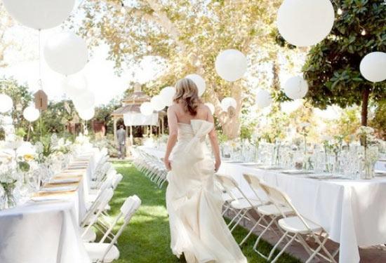 Λευκά μπαλόνια σε υπαίθρια γαμήλια τελετή.