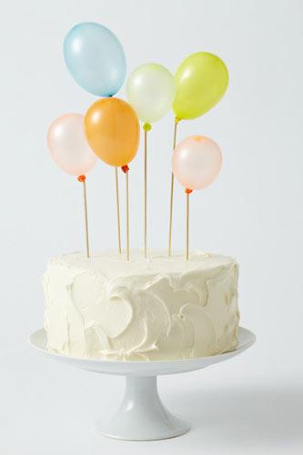 Γαμήλια τούρτα με μπαλόνια.
