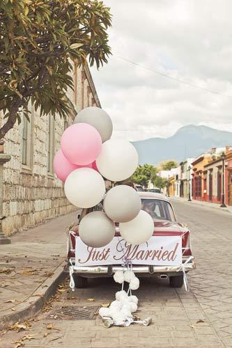 Διακοσμητικά μπαλόνια για το αυτοκίνητο των νεόνυμφων.