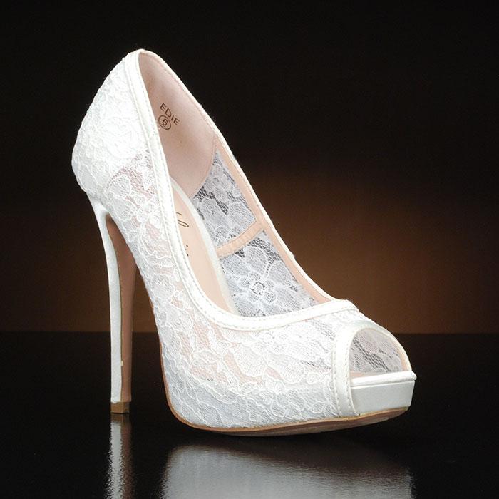 Λευκά, δαντελωτά παπούτσια.