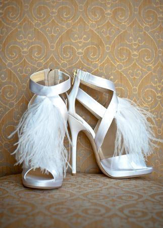 Λευκά παπούτσια με φτερά.