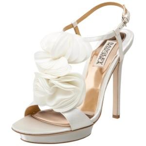 Νυφικά παπούτσια με floral λεπτομέρειες.