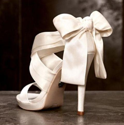 Νυφικά παπούτσια με φιόγκο στο πίσω μέρος.