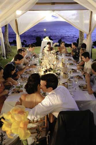 Τραπέζι σε γάμο με λίγους καλεσμένους.