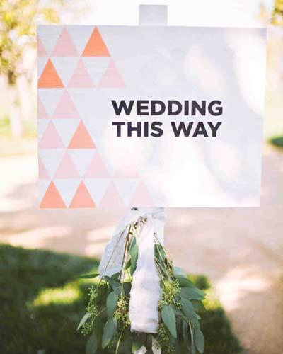 Πρωτότυπη πινακίδα δείχνει στους καλεσμένους την κατεύθυνση του γάμου.