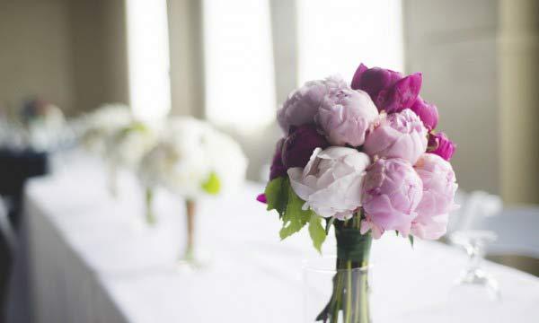 Διακόσμηση τραπεζιού με λουλούδια.