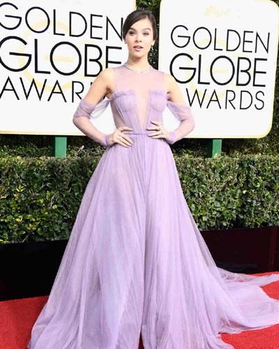 Η Hailee Steinfeld με φόρεμα Vera Wang.
