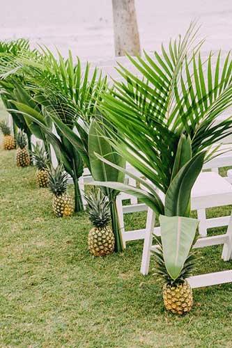 Διάδρομος στολισμένος με ανανάδες.