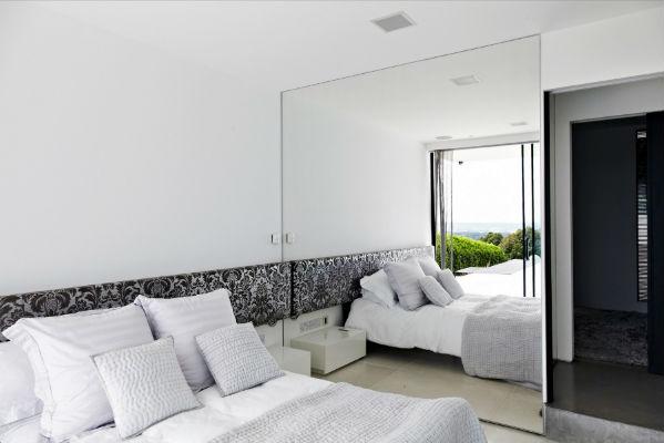 Μικρό υπνοδωμάτιο με μεγάλο καθρέφτη.