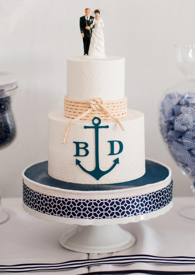 Γαμήλια τούρτα με navy διακόσμηση.