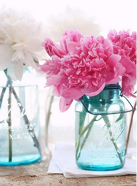 Διάφανα βάζα με λουλούδια.