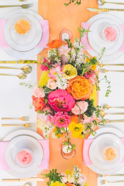 Φωτεινά χρώματα στο γαμήλιο τραπέζι
