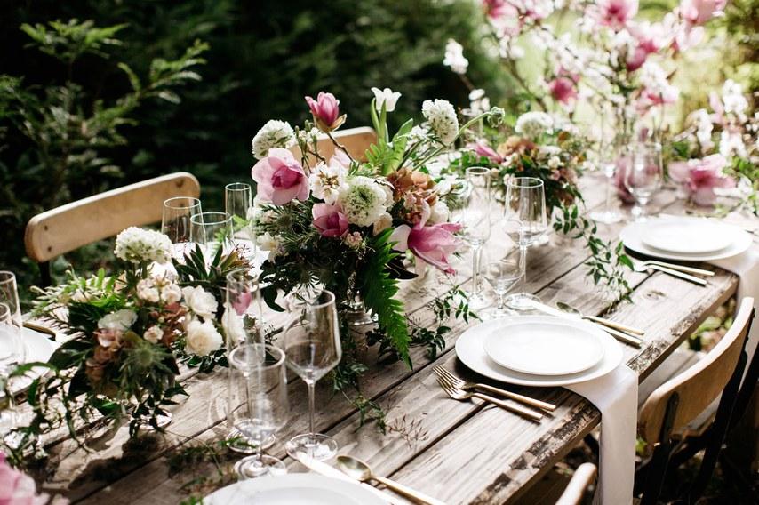 Απλά πιάτα σε ένα ξύλινο τραπέζι