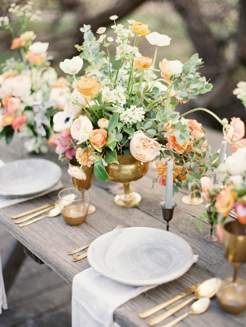 ανοιξιάτικο γαμήλιο τραπέζι με τα ροδακινί λουλούδια