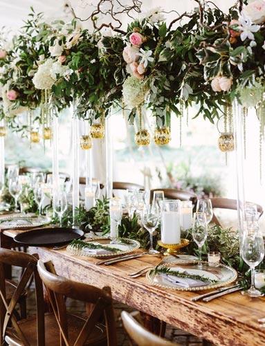 Φύλλα και τα κλαδιά στο γαμήλιο τραπέζι