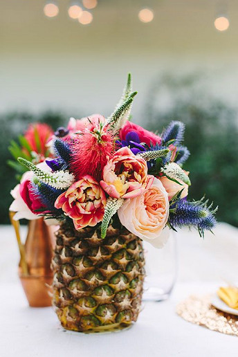 Ανανάς γεμισμένος με λουλούδια.