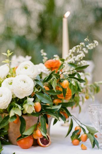 Λευκά λουλούδια με πορτοκαλί φρούτα.