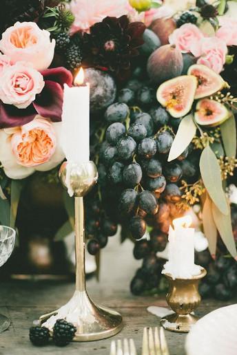 Φρούτα του δάσους με κεριά και λουλούδια.