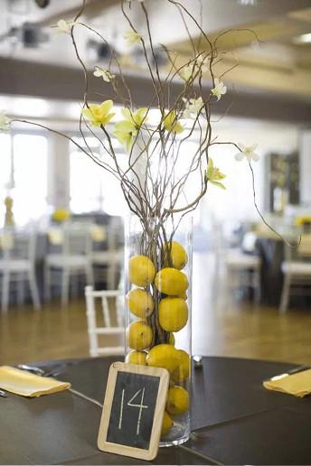 Γυάλινο βάζο με λεμόνια.