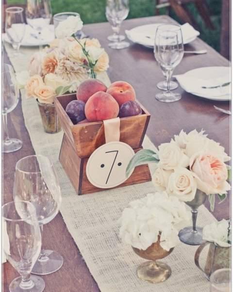 Διακόσμηση τραπεζιών γαμήλιας δεξίωσης με καλάθια με φρούτα.