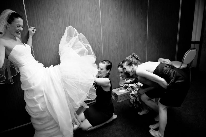Η νύφη ετοιμάζεται μαζί με τις φίλες της.