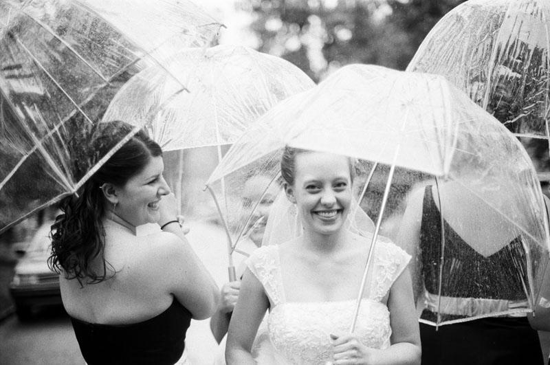 Η νύφη με τις φίλες της στη βροχή.