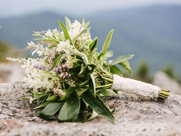 Νυφική ανθοδέσμη με βότανα.