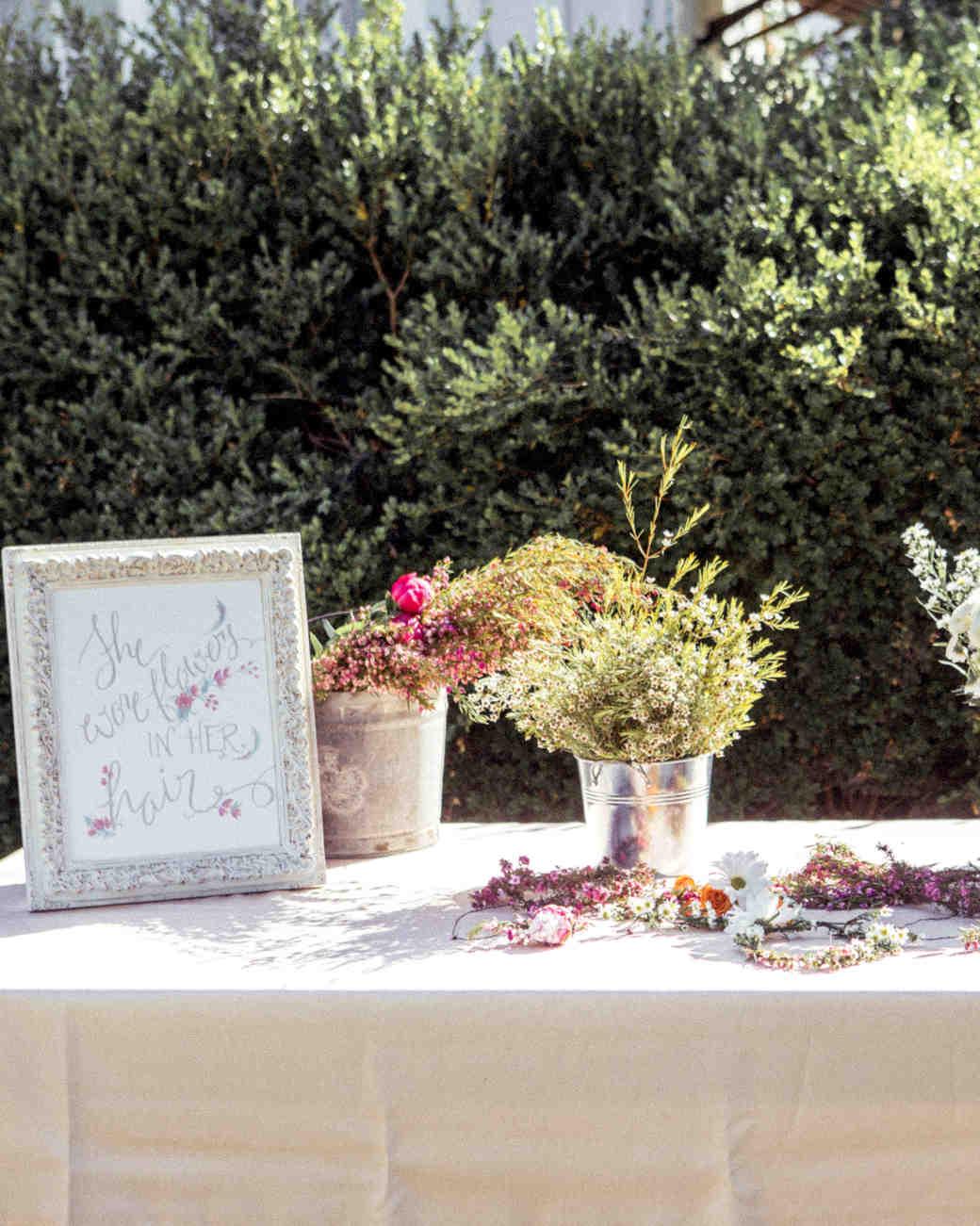 Τραπέζι με floral στεφανάκια για τους καλεσμένους.