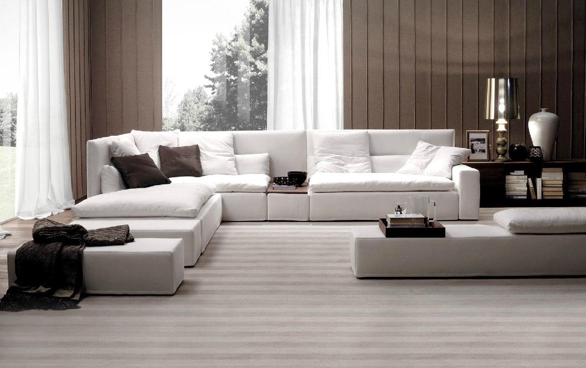 Γωνιακός καναπές σε μεγάλο καθιστικό.