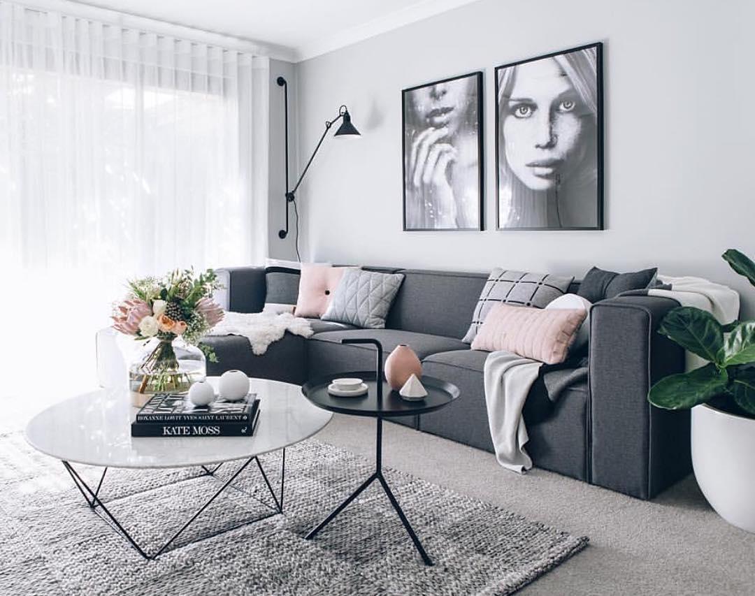 Καναπές σε γκρι σκούρο χρώμα.