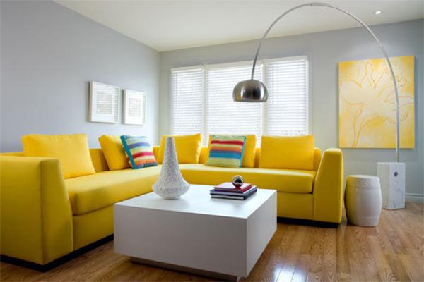 Κίτρινος καναπές συνδυασμένος με λευκό.